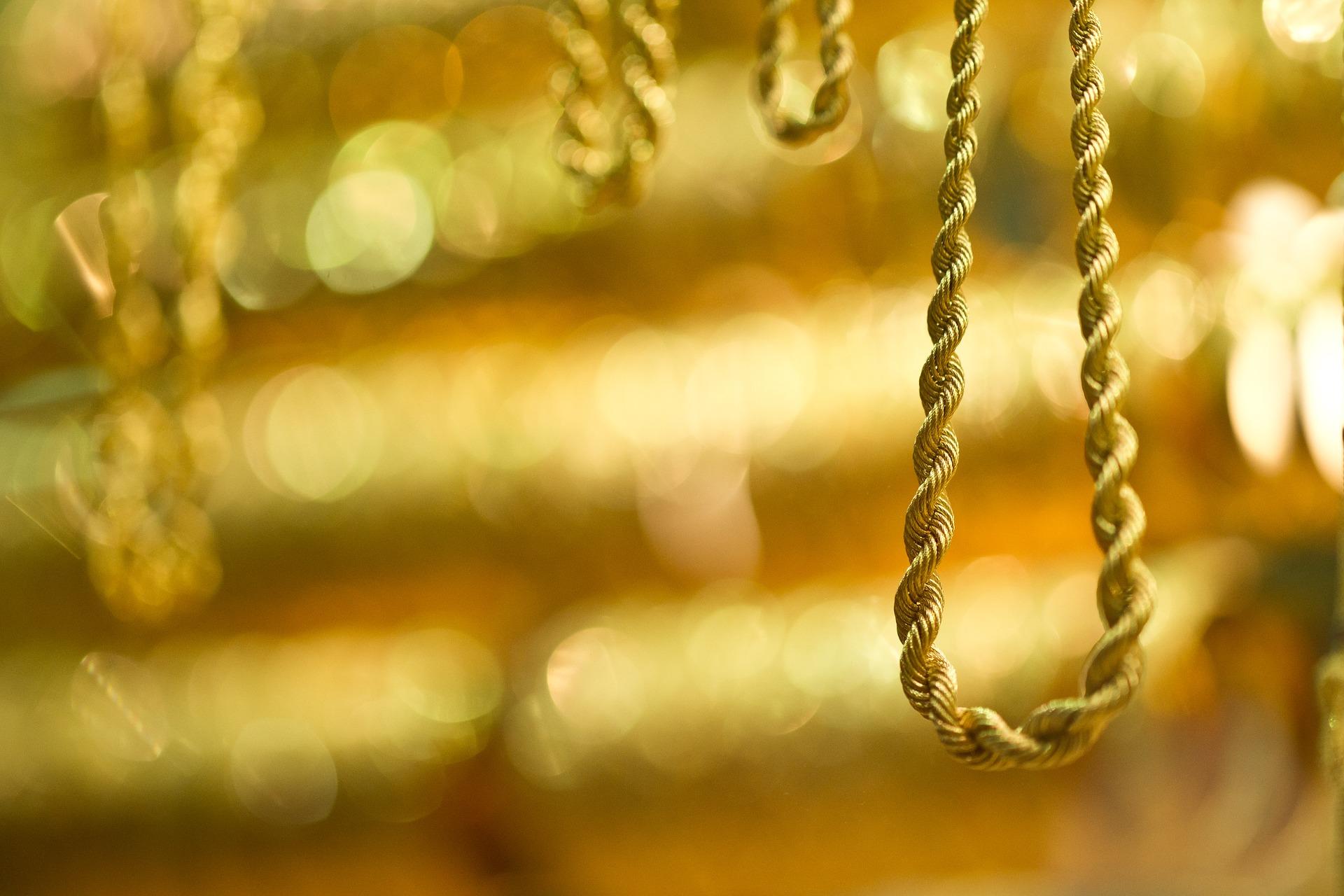 choinka ubrana na złoto