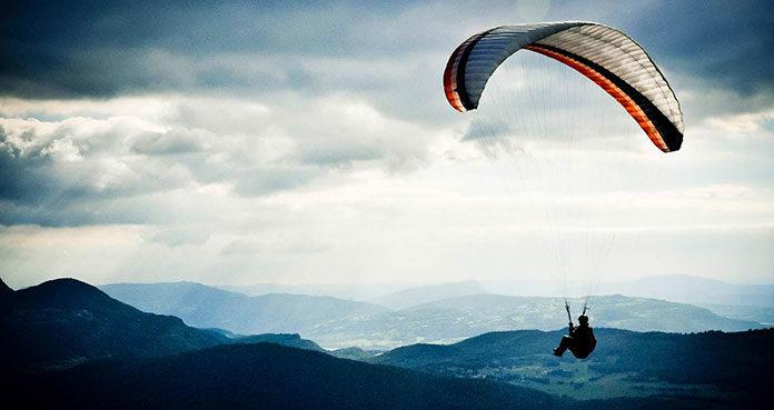Jak rozpocząć przygodę ze skokami spadochronowymi?
